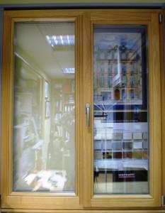 Дубовое окно с глухой и поворотно-откидной створкой